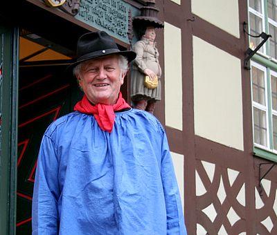 Stadtführer im Kostüm vor dem Eingang zur Tourist-Information