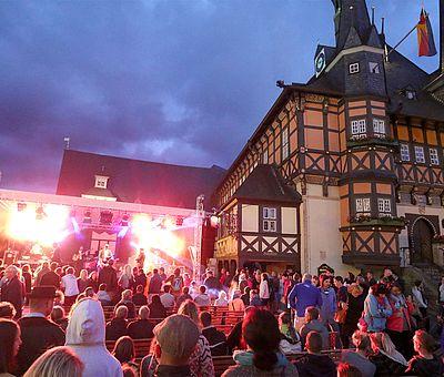 Bühne zum Rathausfest im Gegenlicht auf dem Marktplatz in Wernigerode