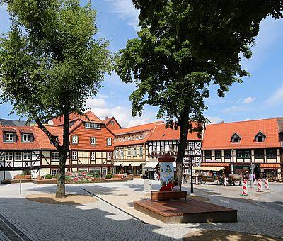 Panoramaaufnahme mit dem Schiefen Haus, der Blumenuhr und Fachwerkhäusern im Hintergrund