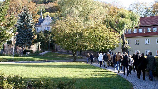 Eine Gruppe von Personen läuft die Straße Am Vorwerk entlang