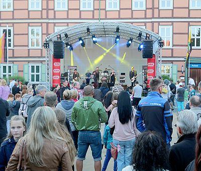 Besucher vor einer Bühne auf dem Nicolaiplatz
