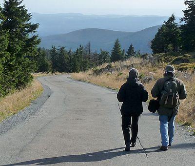 Nationalpark Harz Wanderer auf der Brockenstrasse unterwegs