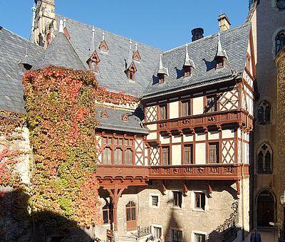 Herbstlicher Blick in den Innenhof vom Schloss in Wernigerode