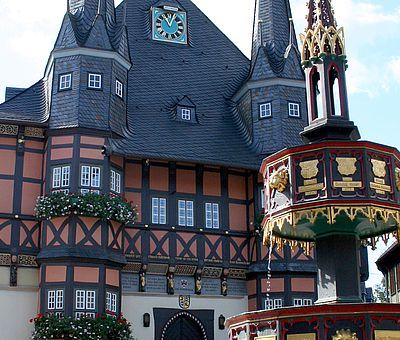 Rathausdetail mit Wohltäterbrunnen