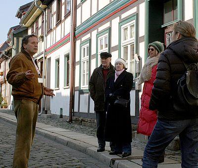 Eine Gruppe steht vor den Fachwerkhäusern im Heideviertel