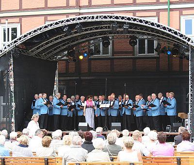 Rathausfest auf dem Nicolaiplatz mit Chor auf der Bühne