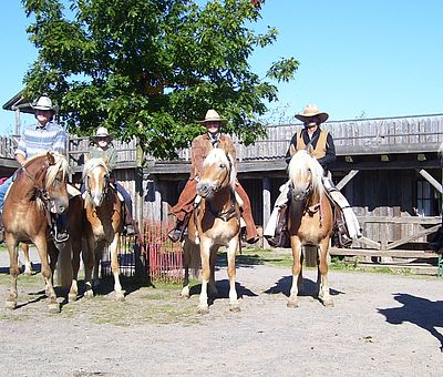 Gruppe mit Pferden in Pullman City