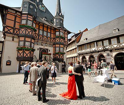 Hochzeitsgesellschaft auf dem Marktplatz in Wernigerode