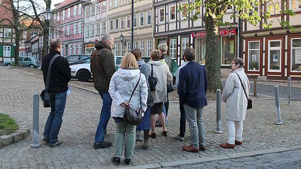 Eine Stadtführunggruppe steht an der Liebfrauenkirche in Wernigerode