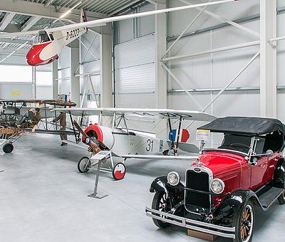 Hangarblick im Luftfahrtmuseum Wernigerode mit Oldtimer im Vordergrund
