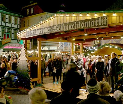 Chor auf der Bühne des Weihnachtsmarktes