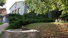 Der Eingang zum Harzplanetarium in Wernigerode mit Sonnenuhr
