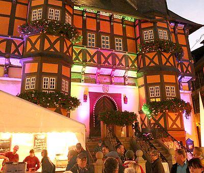 Das beleuchtete Rathaus zum Schokoladenfestival