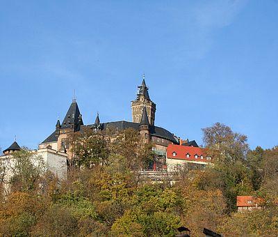 Blick zum Schloss Wernigerode im Herbstlaub