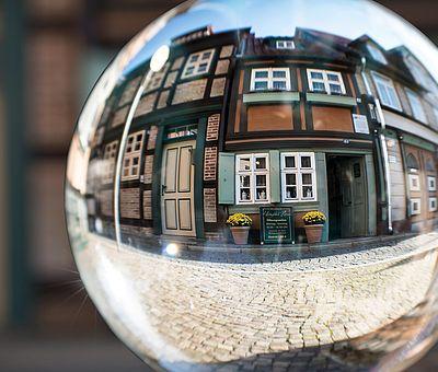 Das Kleinste Haus in Wernigerode in einer Kugel gespiegelt