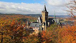 Herbstlicher Blick auf das Schloss in Wernigerode vom Agnesberg