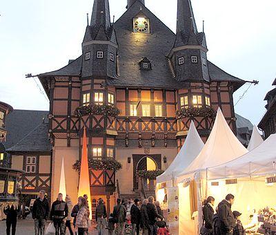 Rathaus in der Dämmerung zum Schokoladenfestival
