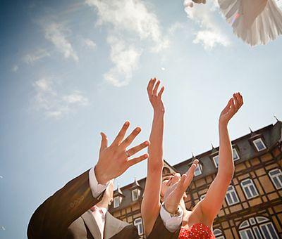 Brautpaar läßt eine Taube auf dem Marktplatz in Wernigerode frei
