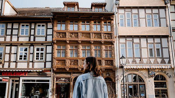 Person steht vor dem Krummelschen Haus in Wernigerode