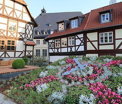 Ansicht vom Schiefen Haus in Wernigerode mit der Blumenuhr im Vordergrund