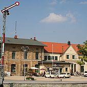 Empfangsgebäude am Bahnhof in Wernigerode mit einem Signal