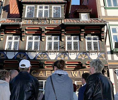 Eine Stadtführungsgruppe steht vor dem Cafe Wien in Wernigerode