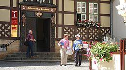 Eingang zur Tourist-Informationen mit Blumen vom Ratskeller