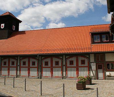 Gesamtansicht des Feuerwehrmuseums mit Toreinfahrten