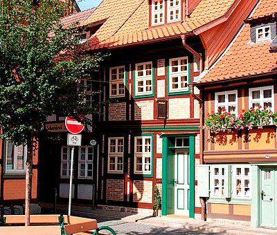 Das Kleinste Haus in Wernigerode zwischen den anderen Fachwerkhäusern