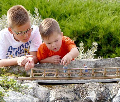 Zwei Kinder im Miniaturenpark Kleiner Harz