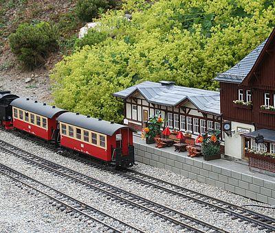 Ein Zug der Schmalspurbahn steht im Miniaturenbahnhof im Miniaturenpark Kleiner Harz Wernigerode
