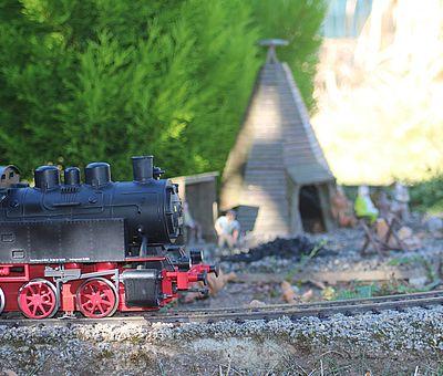 Lok fährt im Miniaturenpark Kleiner Harz