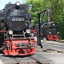 Zwei Züge der Schmalspurbahn stehen im Bahnhof Drei Annen Hohne