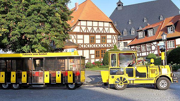 Eine Bimmelbahn hält vor dem Schiefen Haus in Wernigerode