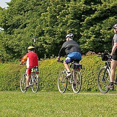 Fahrradfahrer auf einem Radweg unterwegs