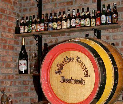 Im Kupperkeller steht ein Bierfass mit Bierflaschen