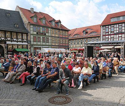 Publikum auf dem Marktplatz vor der Bühne zum Rathausfest