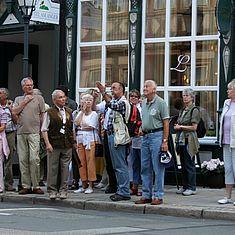 Eine Gruppe steht in der Breiten Straße in Wernigerode