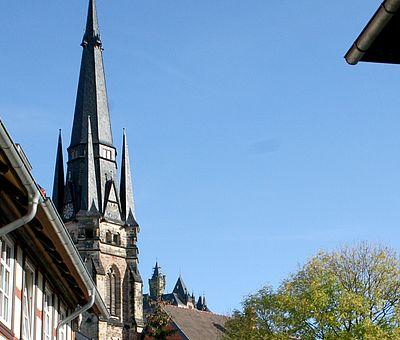 Der Turm der Liebfrauenkirche über der Altstadt von Wernigerode