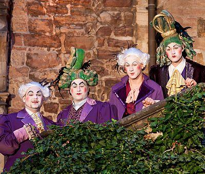 Künstler auf einer Treppe bei den Schlossfestspielen