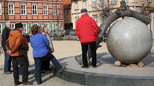 Eine Personengruppe vor dem Nicolaibrunnen