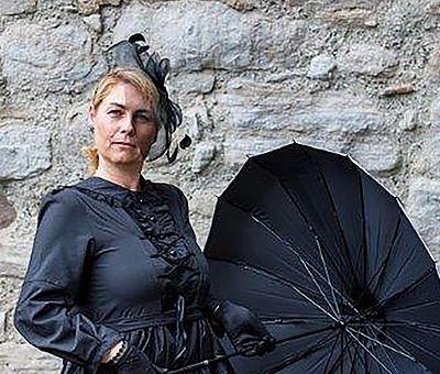Gräfin Elenore mit Schirm