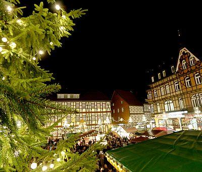 Blick auf den Weihnachtsmarkt von der Rathaustreppe