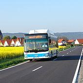 Bus der Harzer Verkehrsbetriebe fährt an Minsleben vorbei
