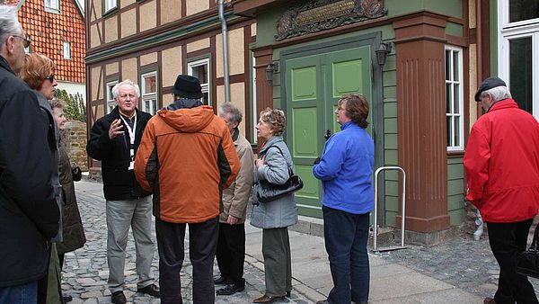 Stadtführungsgruppe im Oberpfarrkirchhof in Wernigerode