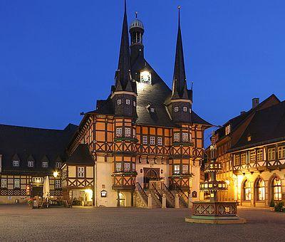 Das Rathaus auf dem Marktplatz erstrahlt in der Dunkelheit