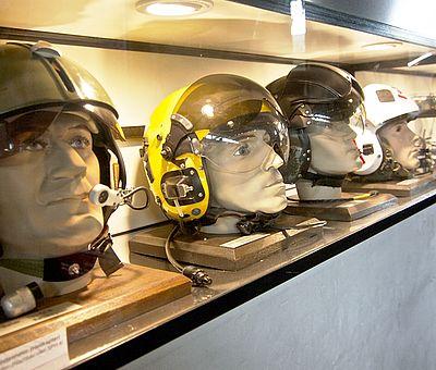 Galerie mit Helmen im Luftfahrtmuseum Wernigerode