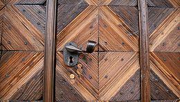 Türklinke einer alten Holztür im Hof der Buchhandlung Jüttner