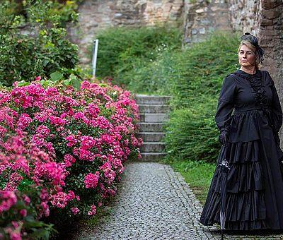 Gräfin Elenore mit Blumen
